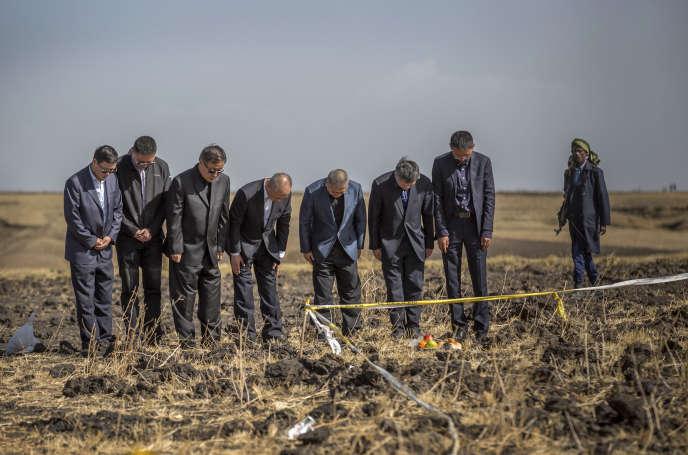Le 12 mars 2019, sur les lieux de la catastrophe.L'avion s'était écrasé dans un champ au sud-est d'Addis-Abeba, creusant un cratère de 10mètres de profondeur, «40mètres de longueur et28mètres de largeur».