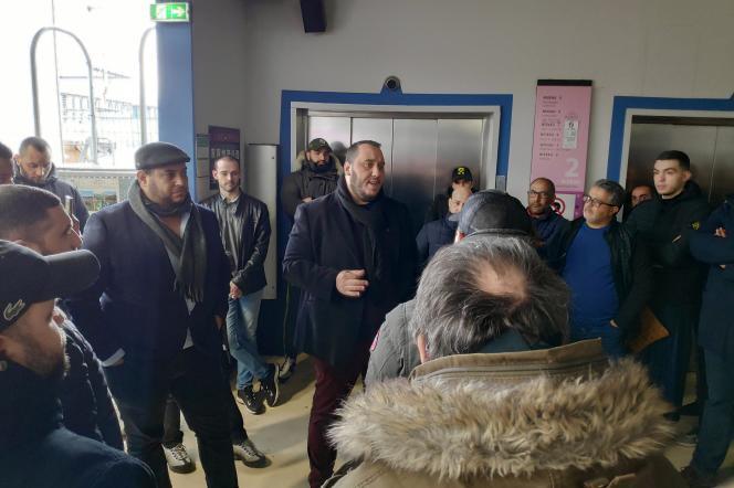 Le porte-parole de l'intersyndicale des chauffeurs VTC, Brahim Ben Ali, devant les locaux d'Uber, le 6mars, à Aubervilliers (Seine-Saint-Denis).