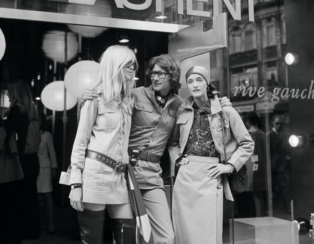 Yves Saint Laurent devant sa boutique rive gauche, à Paris, en 1969, entre Loulou de la Falaise et Betty Catroux.