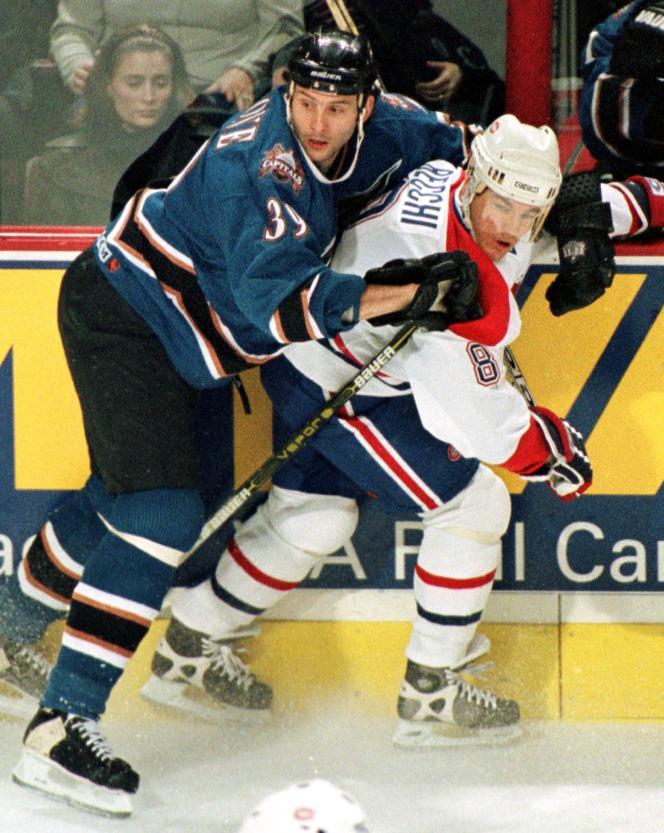 Enrico Ciccone (à gauche) lorsqu'il jouait pour l'équipe de NHL des Washington Capitals, en janvier 1999.