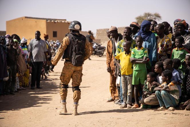 Un soldat burkinabé patrouille à Dori, dans le nord du pays, le 3 février 2020.