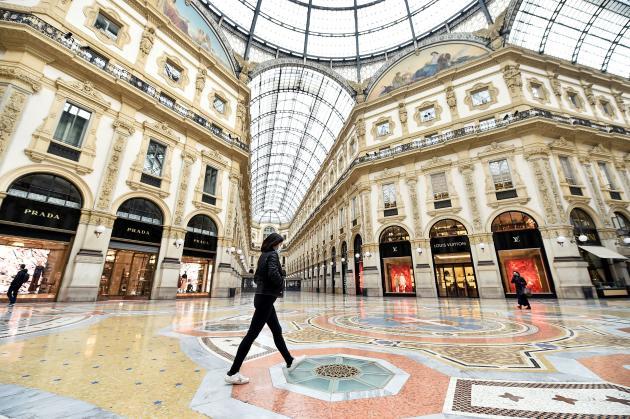 Une femme traverse la galerie Victor-Emmanuel-II désertée, à Milan, le 10 mars.