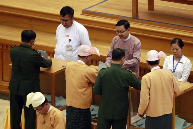 Les députés birmans, àNaypyidaw, le 10 mars. En uniforme, les parlementaires représentant l'armée.
