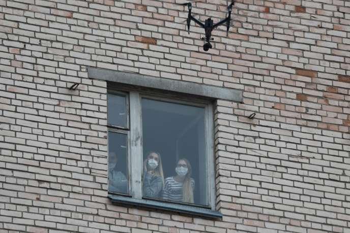 Des étudiants de l'académie médicale d'État de Saint-Pétersbourg, placés en quarantaine par précaution contre le coronavirus, le 8 mars.