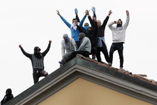 Dans plusieurs prisons du pays, des émeutes ont éclaté dimanche et lundi après les mesures prises par le gouvernement suspendant les visites de proches et les permissions de sortie. Ici, sur le toit de la prison deSan Vittore, à Milan, le 9 mars.