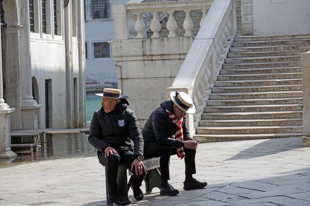Des gondoliers attendent des clients, à Venise, le 9mars.