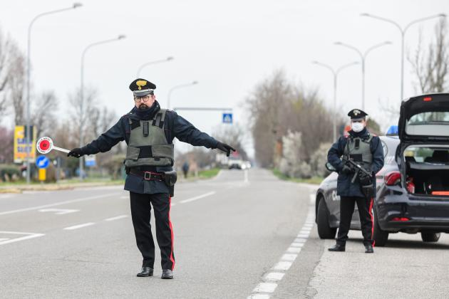 Des carabiniers contrôlent les allées et venues entre Modène et Bologne, le 9mars.