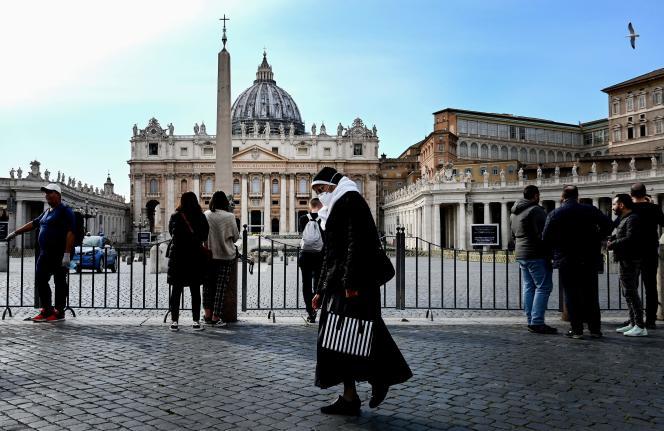 Mardi 10 mars, place Saint-Pierre, à Rome.