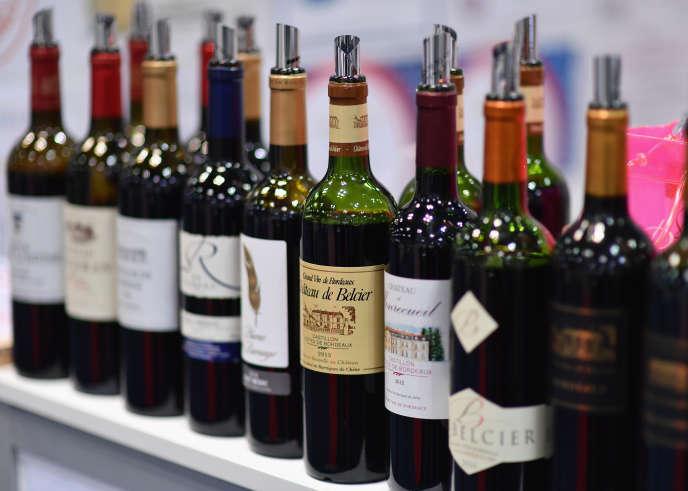 Des bouteilles de vins de Bordeaux présentés à Vinexpo, à New York, le 2 mars.