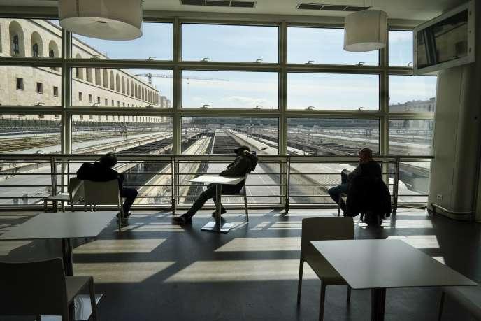 Des personnes attendent à l'intérieur de la gare de Termini, à Rome, mardi 10 mars.