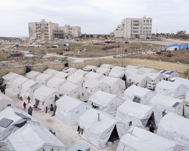 Le camp de déplacés, devant le stade de foot d'Idlib, le 6 mars.