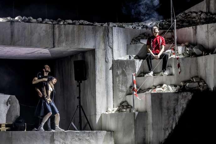 «Room With a View», cocréation de Rone (en rouge, musique) et (La)Horde (chorégraphie), au Théâtre du Châtelet, à Paris, le 4 mars 2020.