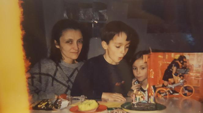 Nathalie Tison avec deux de ses enfants, Morgan et Alison Durdu, à la fin des années 1990. C'est l'une des rares photos que les enfants ont de leur mère.