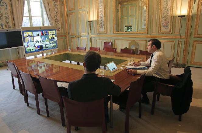Emmanuel Macron en visioconférence avec ses hologues européens pour se coordonner dans l'action contre la pandémie de Covid-19, au palais de l'Elysée, à Paris, le 10 mars 2020.
