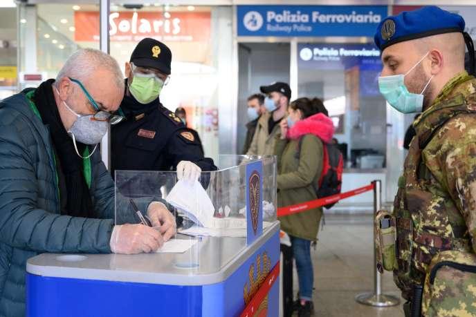 «Les seules voix critiques viennent d'associations de médecins, et ce n'est pas une coïncidence : ils ont la compétence mais pas de responsabilités politiques. » (Photo: àla gare de Termini, à Rome, le 10 mars.)