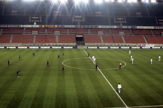 Le Parc des Princes au coup d'envoi du match entre le PSG et Bastia, le 26 février 2005.