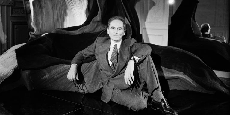 Pierre Cardin dans sa nouvelle boutique, en France, en 1977.