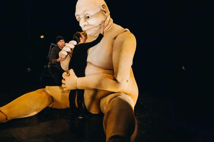 « Ogre », monologue pour une marionnette géante, d'après un texte de Larry Tremblay, par la compagnie québécoise La Tortue noire.
