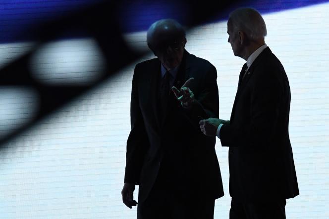 Bernie Sanders (gauche) et Joe Biden (droite), le 7 février, lors d'un débat démocrate à Manchester, dans le New Hampshire.
