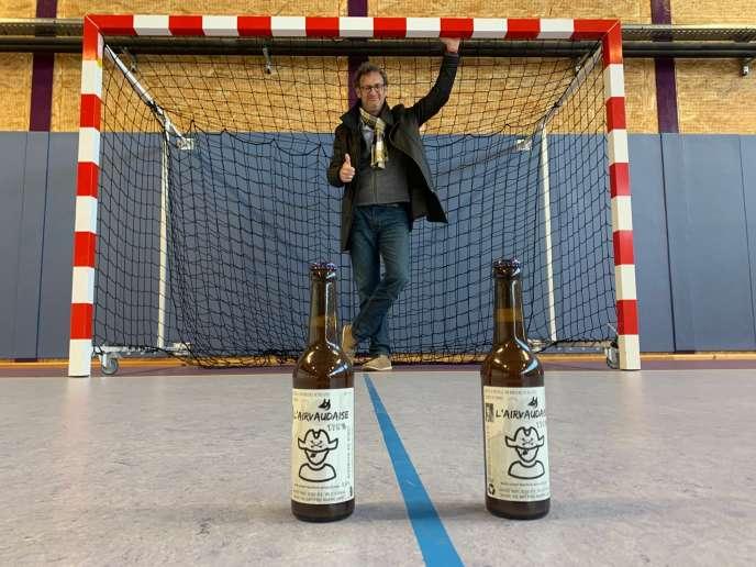 Stéphane Kislig, président de l'US Airvault (Deux-Sèvres), au gymnase de la ville. Au premier plan: la bière L'Aivauldaise produite localement.
