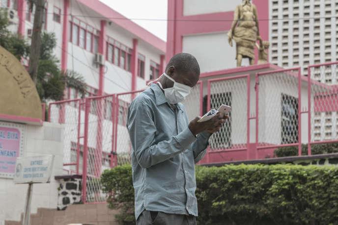 Un homme porte un masque à l'hôpital général de Yaoundé, le 6mars 2020, après que le Cameroun a confirmé son premier cas de coronavirus.
