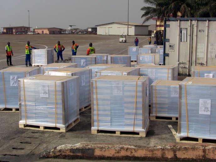 Des urnes électorales à l'aéroport de Conakry, le 18février 2020.