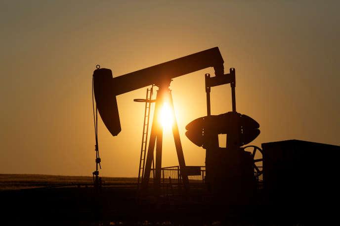 Une station de pompage de pétrole près de Calgary, dans la province canadienne de l'Alberta, en juillet 2014.