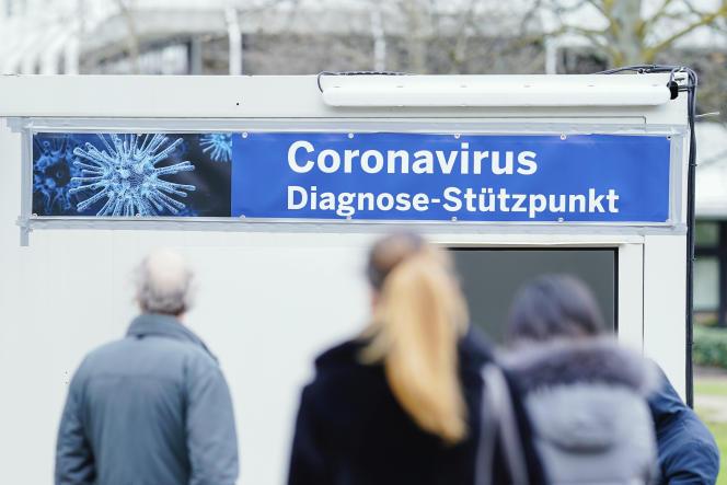 «La mise en place d'un dépistage du virus sur un échantillon représentatif, c'est-à-dire tiré au sort, de la population. C'est le choix fort que vient de faire notre voisin allemand et que nous devons faire à notre tour. » (Photo : un centre de dépistage du Covid-19 à l'hôpital universitaire de Mannheim, enAllemagne, le 11 mars 2020.)