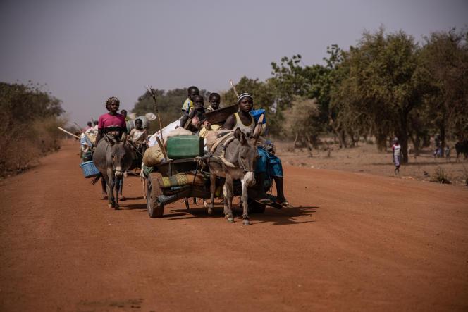 Des personnes fuyant les violences djihadistes et intercommunautaires, sur la route de Barsalogho à Kaya, dans le nord du Burkina Faso, le 27 janvier 2020.