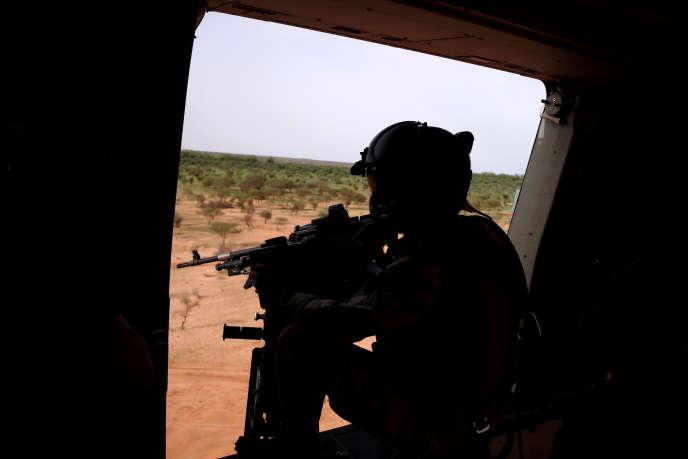 Patrouille d'un hélicoptère Caïman de l'opération française « Barkhane» au sud-ouest de Gao, dans le nord-est du Mali, en juillet 2019.