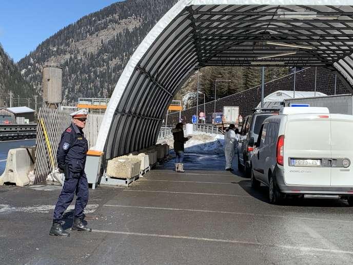 Une partie de la circulation a été déroutée vers une tente servant de station de contrôle de la température, au col du Brenner, en Autriche, le 11 mars.