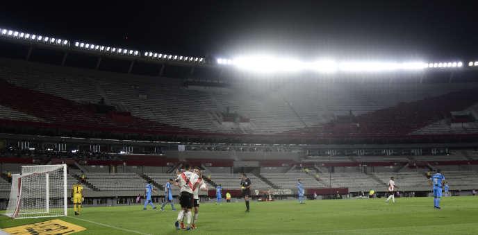Les joueurs du club argentin River Plate et du club péruvien Deportivo Binacional disputent une rencontre à huis clos en Copa Libertadores, à Buenos Aires, mercredi 11mars.