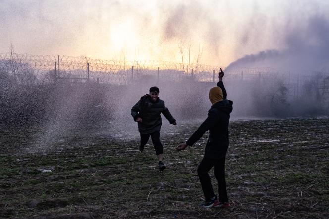 «En refusant d'accueillir ces personnes fortement éprouvées, l'Europe s'est condamnée à faire preuve de brutalité à l'égard de la prochaine vague migratoire»Photo : des migrants au poste frontière àPazarkule (Turquie) le 7 mars 2020.