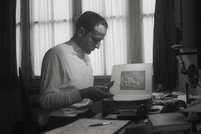 Boris Vian à son domicile de Montmartre, à Paris, en 1957.