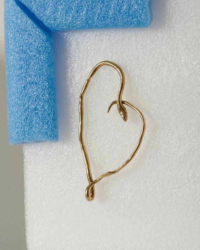 Boucle d'oreille en laiton doré et or jaune, Harumi Klossowska de Rola × Goossens, 420 €.