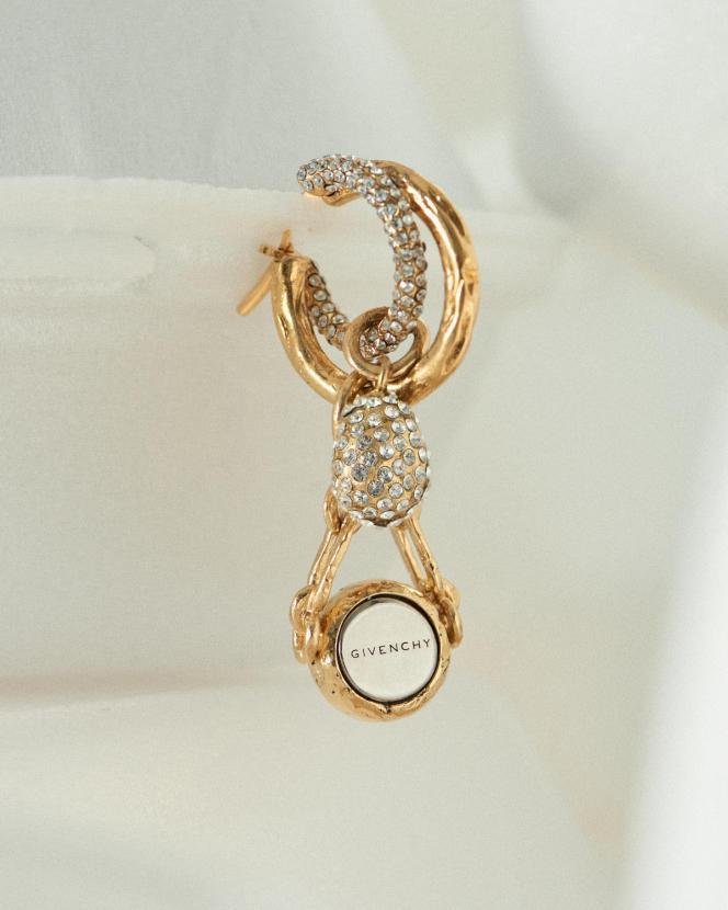 Boucle d'oreille créole Charm, en métal doré, argenté et pierres minérales, Givenchy, 720 €.