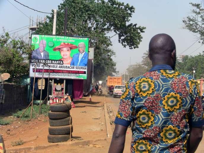 Une affiche électorale pour les élections législatives à Conakry, le 26 février 2020.