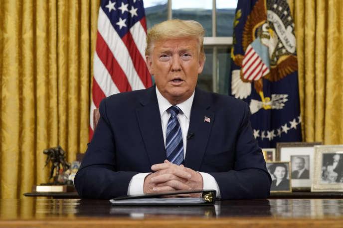 Donald Trump s'adresse à la nation depuisle Resolute Desk du bureau Ovale de la Maison Blanche, à Washington, le 11mars.