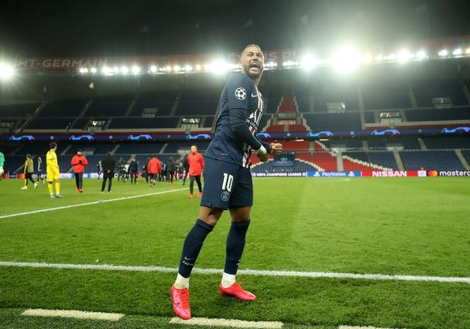 Neymar célèbre son but contre le Borussia Dortmund, lors des huitièmes de finale en Ligue des champions, au Parc des Princes à Paris,le 11 mars.