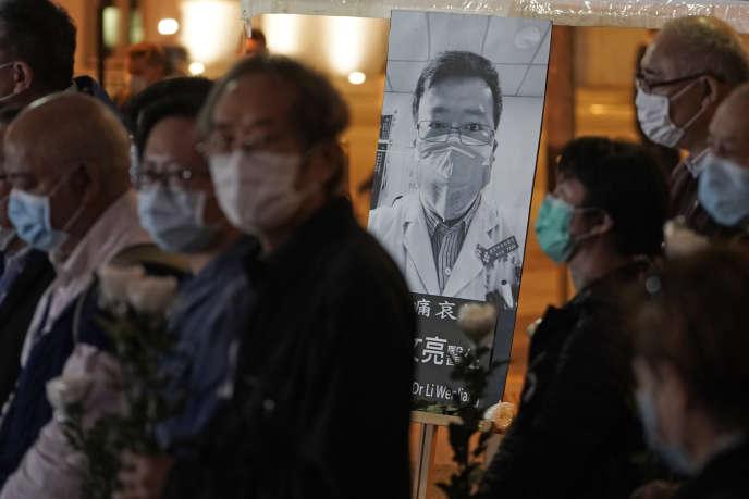 Une pancarte à l'effigie du docteur Li Wenliang, l'ophtalmologiste réprimandé par sa hiérarchie pour avoir donné l'alerte sur le Covid-19, lors d'une manifestation à hongkong, le 7 février.