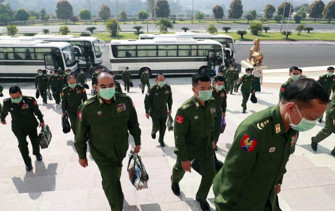 Les députés birmans représentant l'armée, à Naypyidaw, le 10 mars.