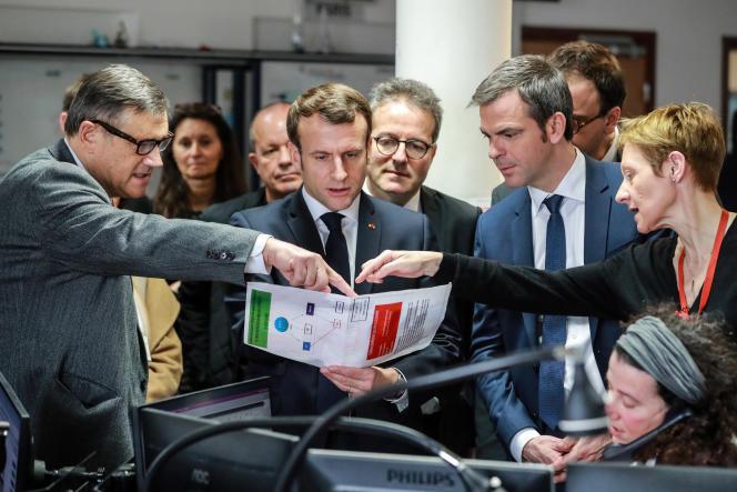Emmanuel Macron et Olivier Véran en visite au centre d'appel (15) du SAMU de l'hôpital Necker-Enfants malades, à Paris, le 10 mars.