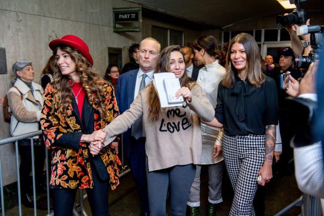 Les actrices Lauren Young, Jessica Mann et Dawn Dunning quittent le tribunal de Manhattan après la condamnation d'Harvey Weinstein à 23 ans de prison, le 11 mars.