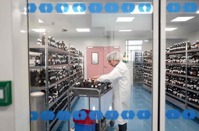 Une employée du laboratoire Boiron de Messimy, près de Lyon, le 5 février.