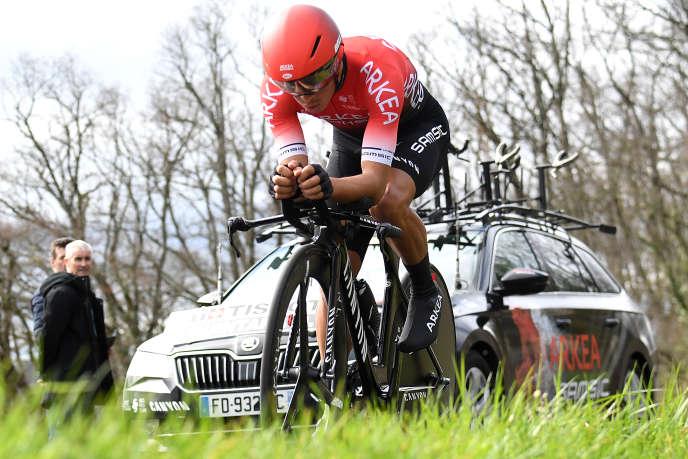 Le Colombien Dayer Quintana roule devant le maigre public sur les routes de Saint-Amand-Montrond, le 11 mars 2020