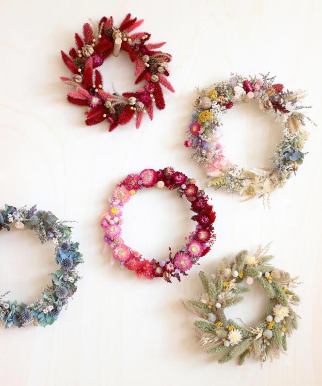 Des couronnes de fleurs séchées.