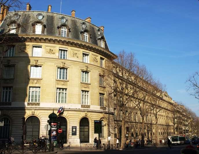 Le lycée de classes préparatoires Saint-Louis, à Paris, suspend ses cours et ferme son internat.