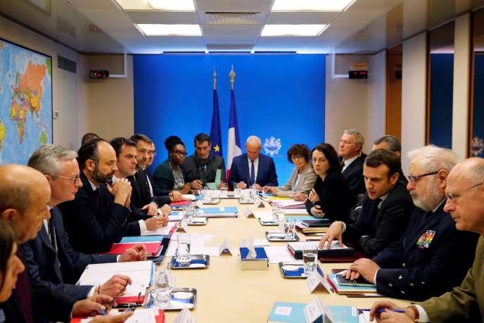 Le président de la République, Emmanuel Macron, et le premier ministre, Edouard Philippe, ont convoqué un conseil de défense réunissant plusieurs membres du gouvernement pour gérer la crise du Covid-19, à Paris, samedi 29 février.