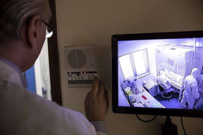 Des techniciens de laboratoire testent des échantillons de potentiels cas de Covid-19 à l'hôpital Henri-Mondor à Créteil, le 6 mars.