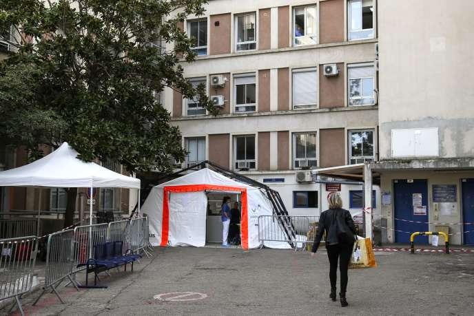 Devant l'hôpital d'Ajaccio, où une tente a été installée pour l'examen médical préliminaire des patients présentant des symptômes de Covid-19, le 12 mars.